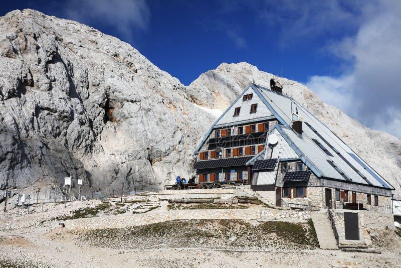 Cabaña de montaña Kredarica, montaña Triglav, Eslovenia imagen de archivo libre de regalías