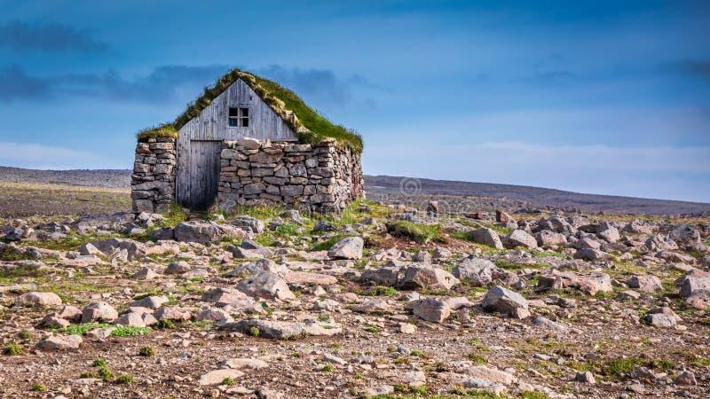 Cabaña de piedra en el centro de ninguna parte, Islandia fotos de archivo