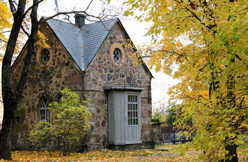Cabaña de piedra vieja en el bosque fotos de archivo