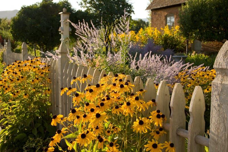 Cabaña del jardín y del país del verano fotos de archivo libres de regalías