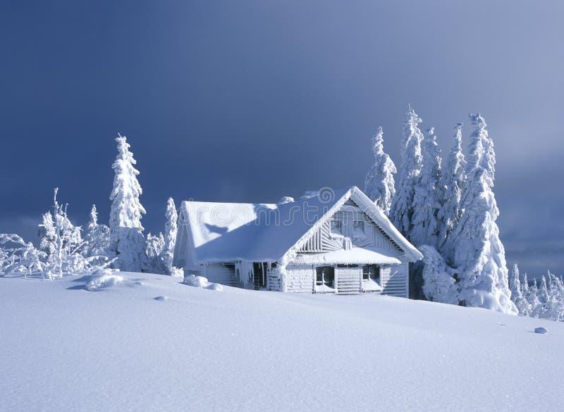 Cabaña en invierno fotografía de archivo