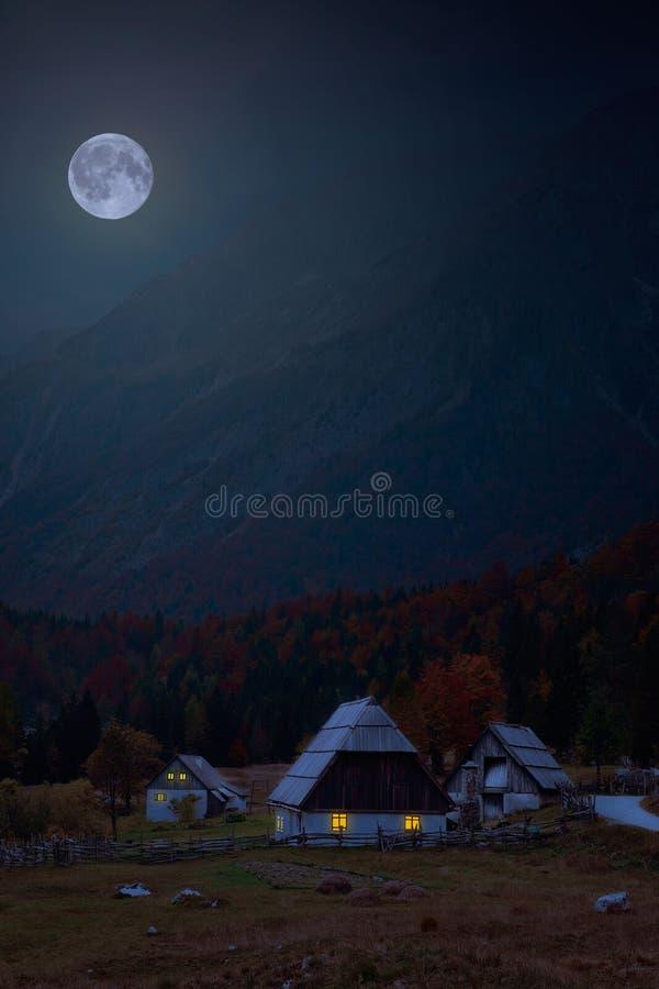 Cabaña en las montan@as fotografía de archivo libre de regalías