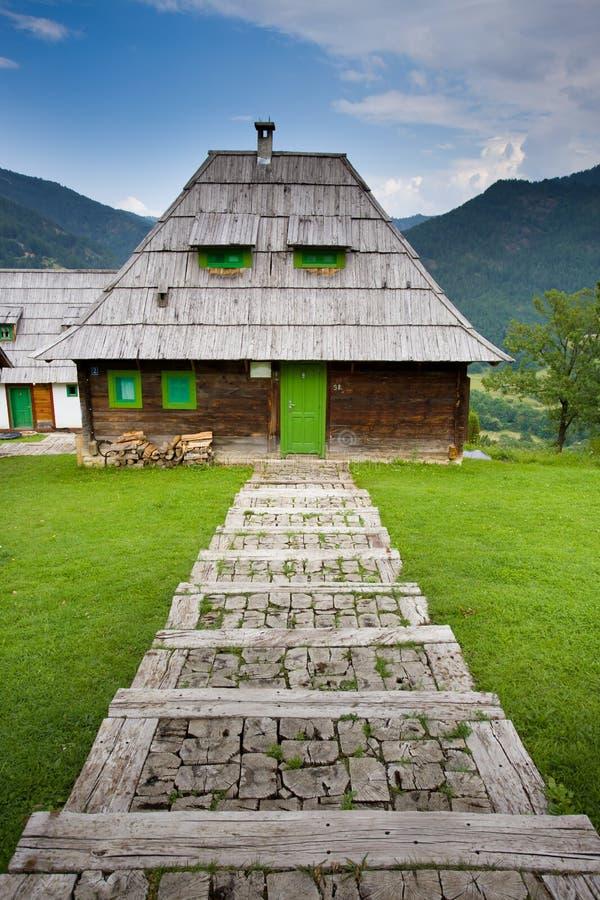 Cabaña en montaña imagen de archivo libre de regalías