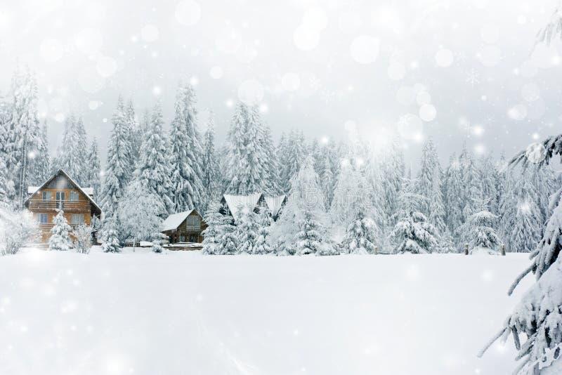 Cabaña en montañas rumanas imagenes de archivo
