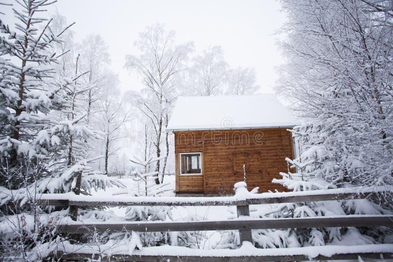 Cabaña en montañas rumanas foto de archivo