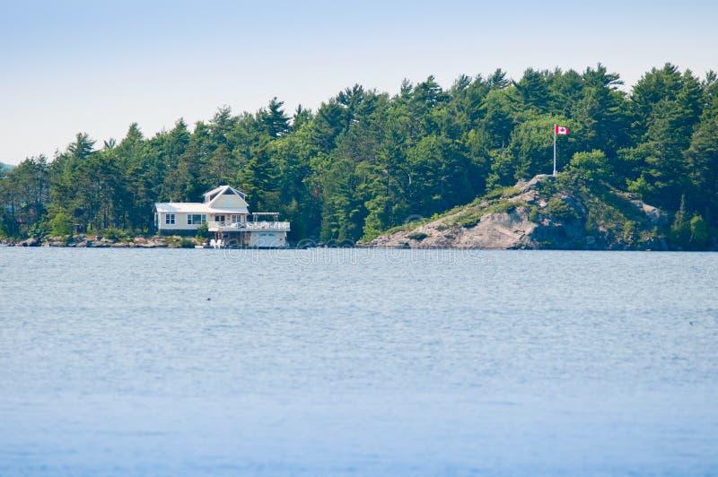 Cabaña en un lago imágenes de archivo libres de regalías