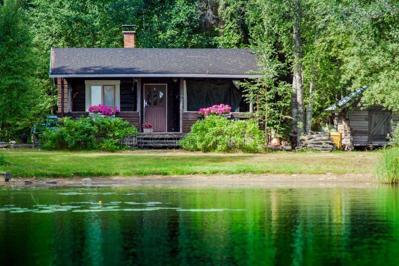 Cabaña finlandesa vieja del verano en un lago fotos de archivo libres de regalías