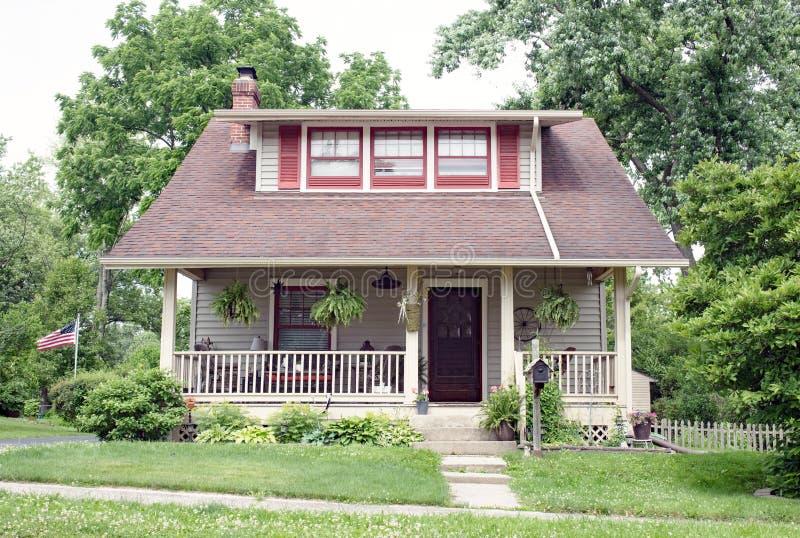 Cabaña hogareña con la ventana abuhardillada y Front Porch largos con la verja foto de archivo libre de regalías