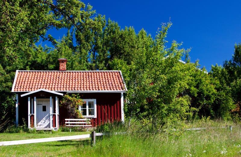 Cabaña idílica típica en Suecia. fotos de archivo
