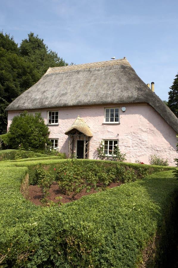 Cabaña inglesa pintada rosada tradicional imagen de archivo libre de regalías