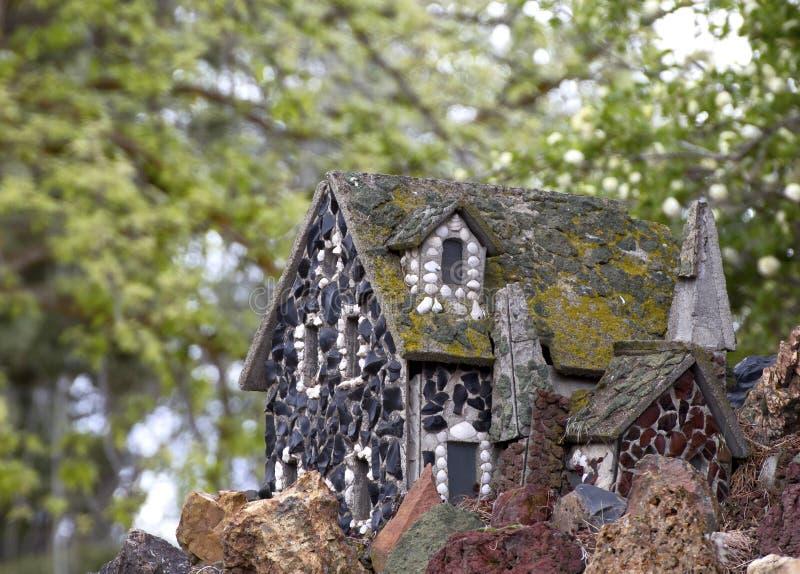 Cabaña minúscula de la roca del cuento de hadas del vintage fotografía de archivo libre de regalías