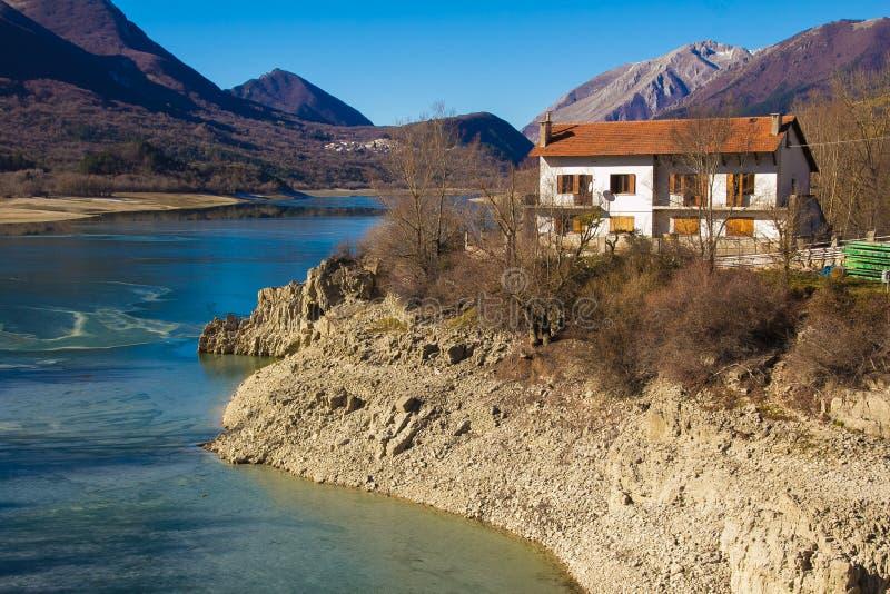 Cabaña o casa en el lago Barrea imagenes de archivo