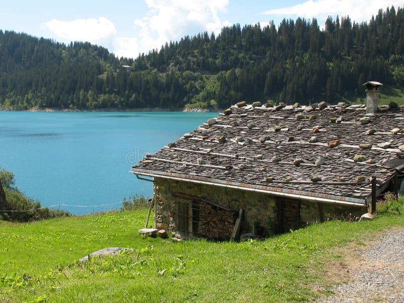 Cabaña por el lago imagen de archivo