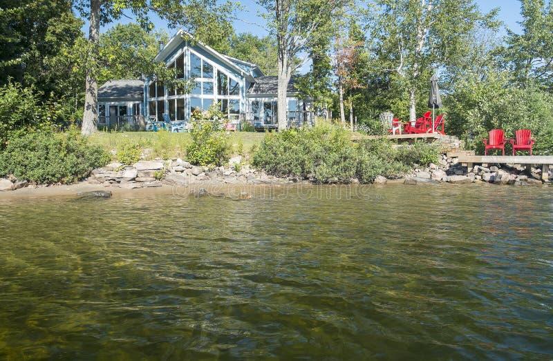 Cabaña por un lago fotografía de archivo libre de regalías