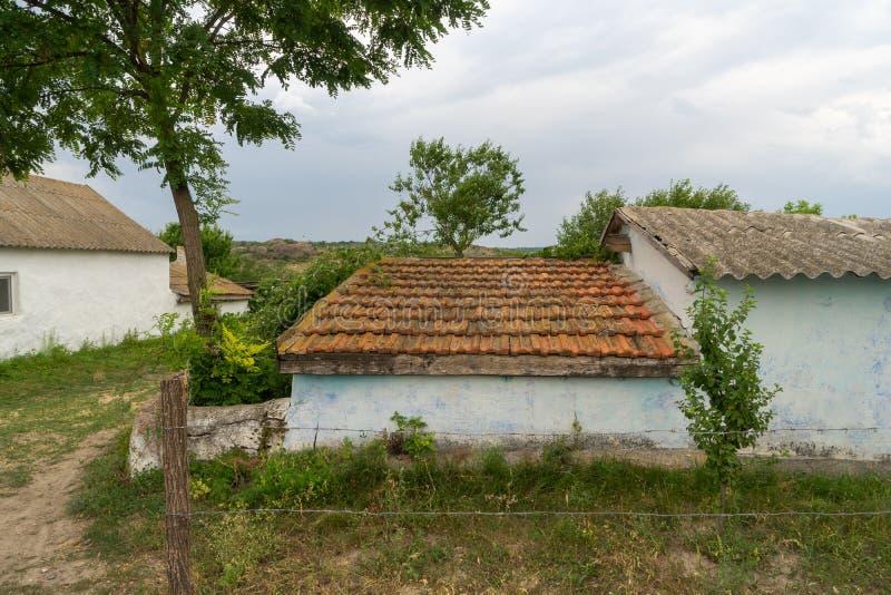 Cabaña rústica blanca hermosa con un tejado tejado marrón imagen de archivo libre de regalías
