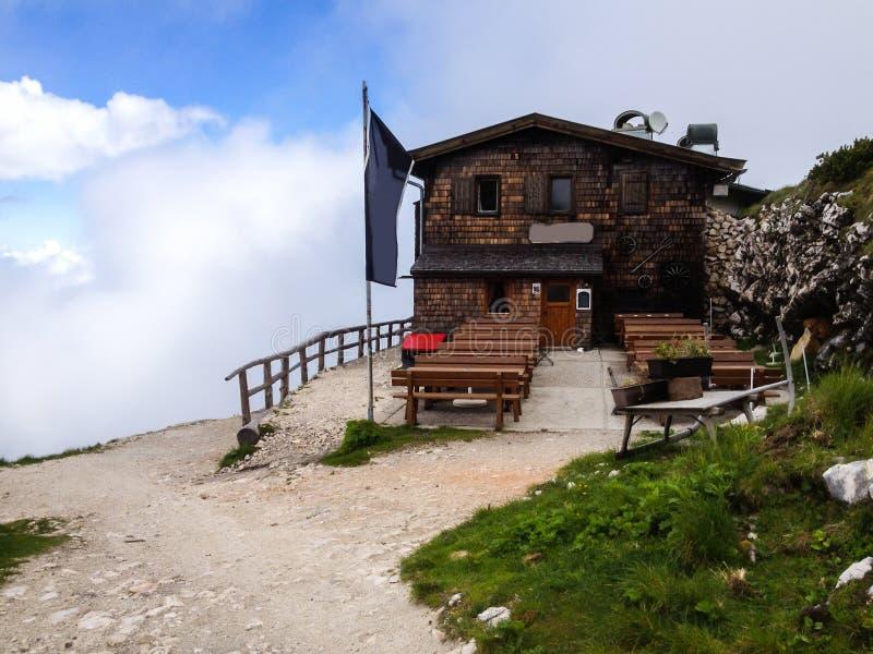 Cabaña rústica tradicional vieja del chalet en los turistas de la recepción del top de la montaña a restaurar después de caminar  imagenes de archivo