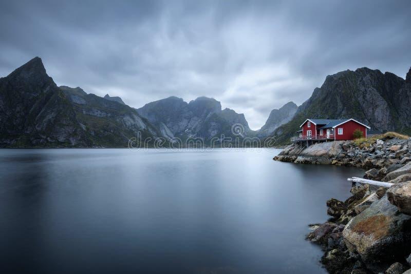 Cabaña roja tradicional del rorbu en el pueblo de Hamnoy, islas de Lofoten, Noruega imagen de archivo
