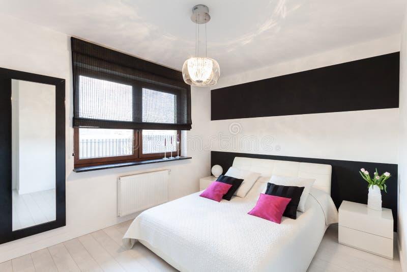 Cabaña vibrante - dormitorio moderno imagen de archivo