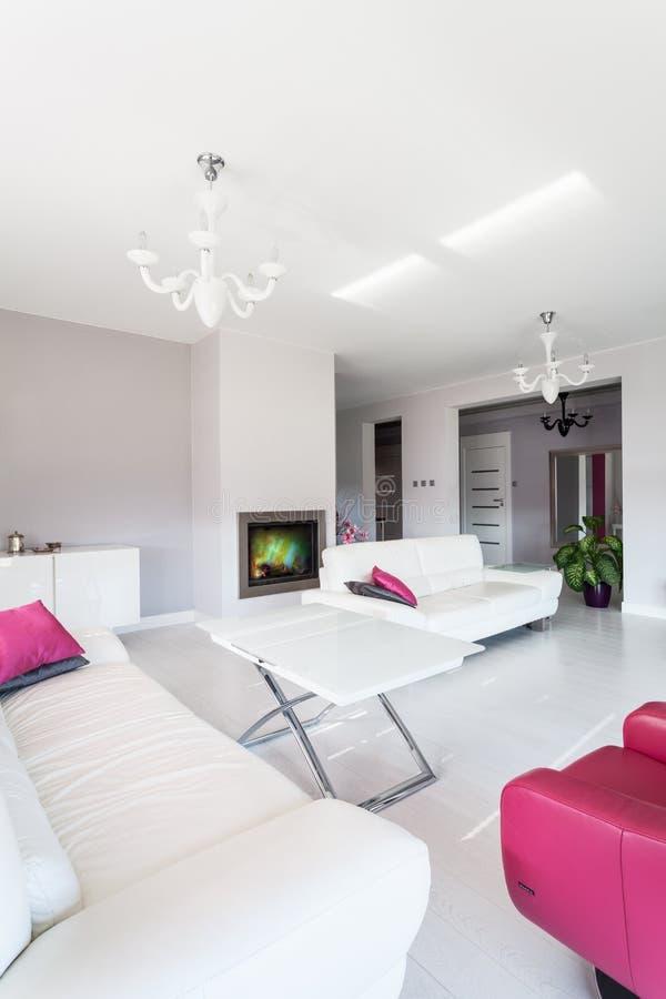 Cabaña vibrante - sala de estar con la chimenea foto de archivo libre de regalías