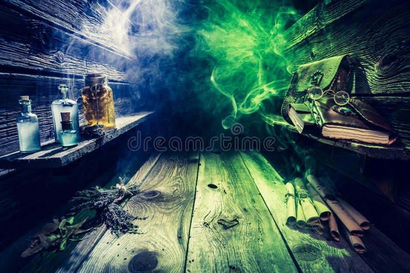 Cabaña vieja del witcher por completo de las volutas, libros, pociones mágicas con el espacio de la copia para Halloween foto de archivo