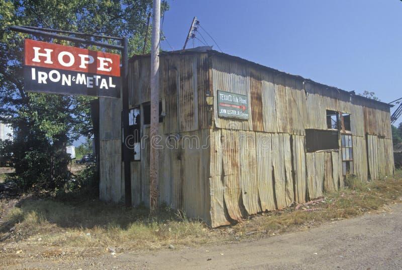 Cabaña vieja en esperanza, Arkansas del metal del hierro foto de archivo