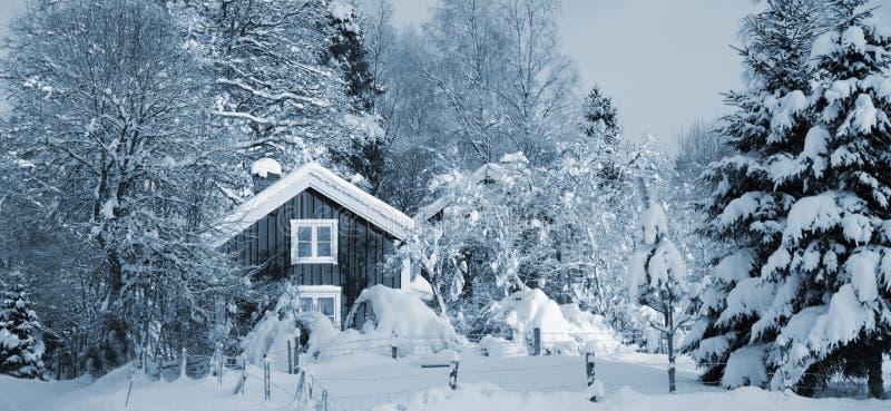 Cabañas en la estación nevosa del invierno foto de archivo libre de regalías