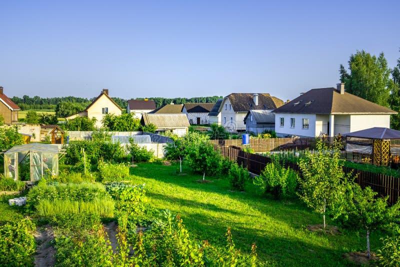 Cabañas en un pequeño pueblo cerca de Minsk imagen de archivo libre de regalías
