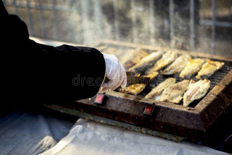 Caballa de los pescados del ‹del †del ‹del †del mar en parrilla durante el banquete de pescados en Bourgas, Bulgaria 6 de dic foto de archivo