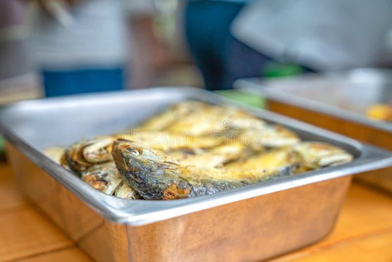 Caballa frita en la placa, preparada con Nam Prik Kapi: sause de la frialdad de la goma del camar?n fotografía de archivo