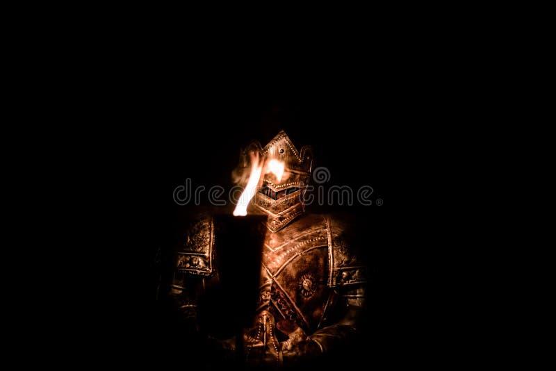 Caballero acorazado en oscuridad con la antorcha fotos de archivo