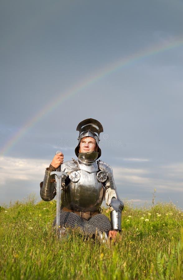 Caballero cansado, después de la batalla/de la lluvia y del arco iris imágenes de archivo libres de regalías