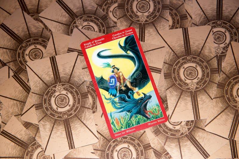 Caballero de la carta de tarot de pentáculos Cubierta del tarot del dragón Fondo esotérico fotografía de archivo