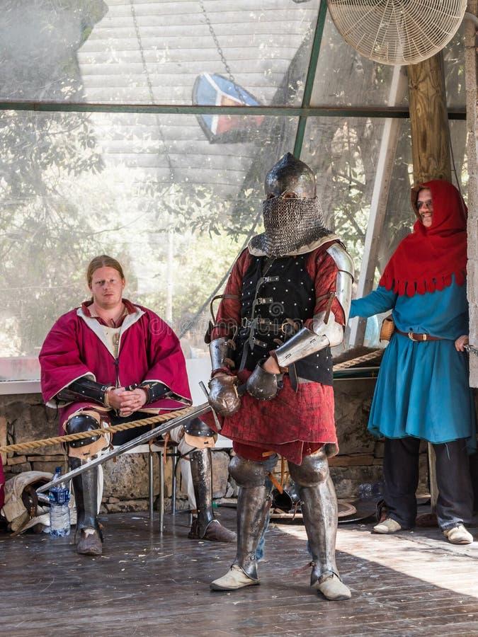 Caballero - el participante en los caballeros del ` del festival del ` de Jerusalén se coloca en la lista antes de un duelo en Je fotografía de archivo