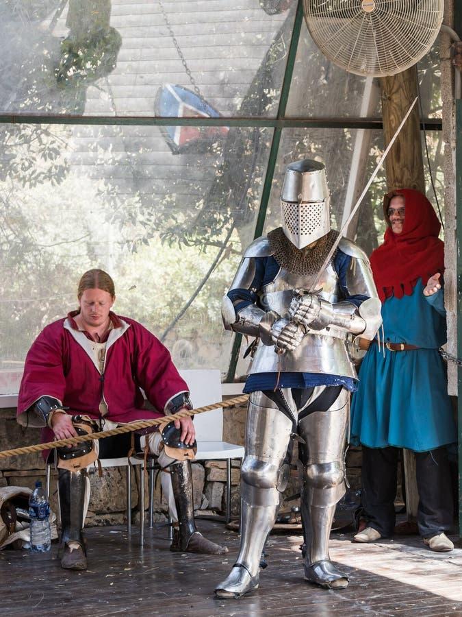 Caballero - el participante en los caballeros del ` del festival del ` de Jerusalén se coloca en la lista antes de un duelo en Je foto de archivo
