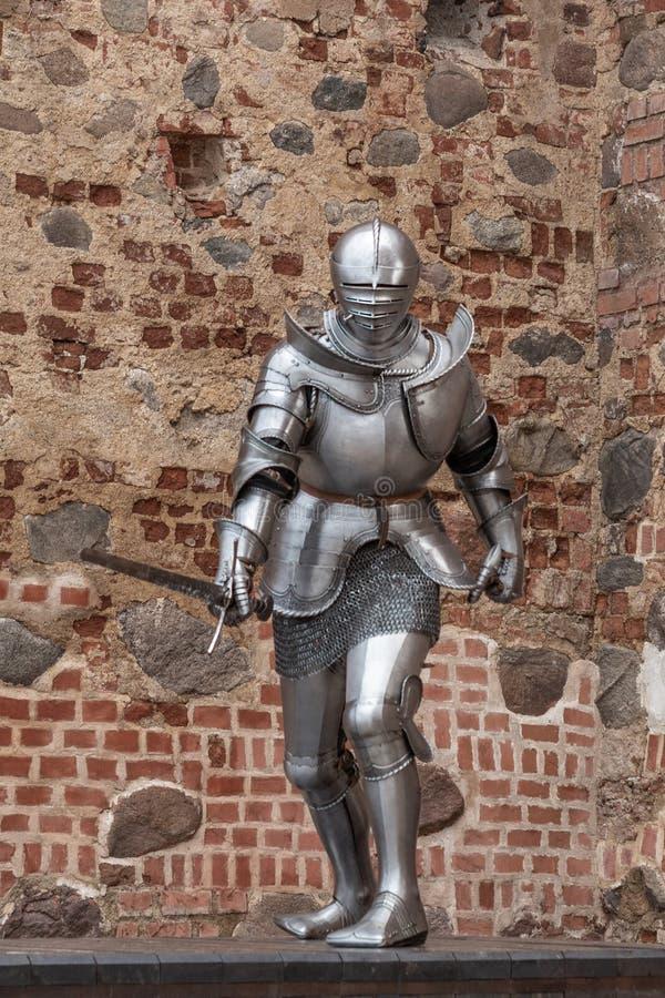 Caballero en armadura llena con una espada foto de archivo