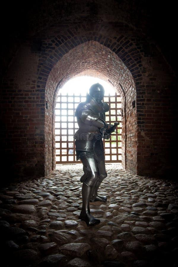 Caballero en armadura llena con una espada imagen de archivo