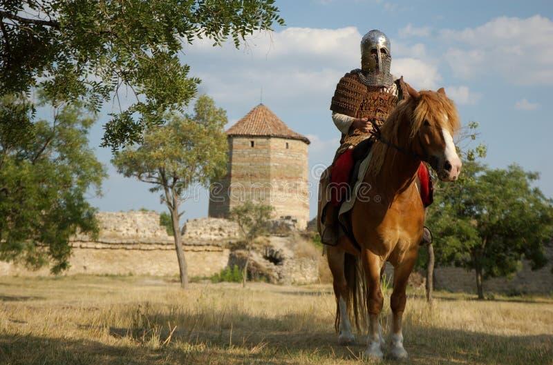 Caballero europeo medieval en el castillo fotografía de archivo libre de regalías