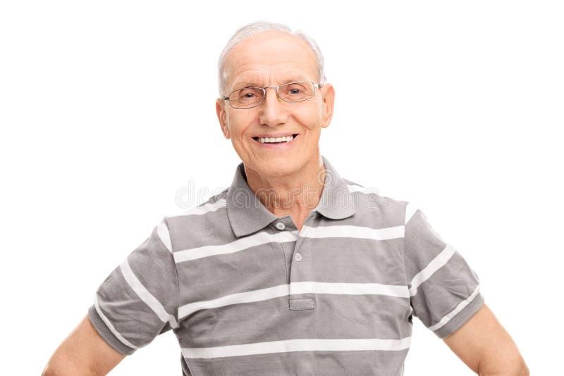 Caballero mayor alegre en un polo gris imágenes de archivo libres de regalías