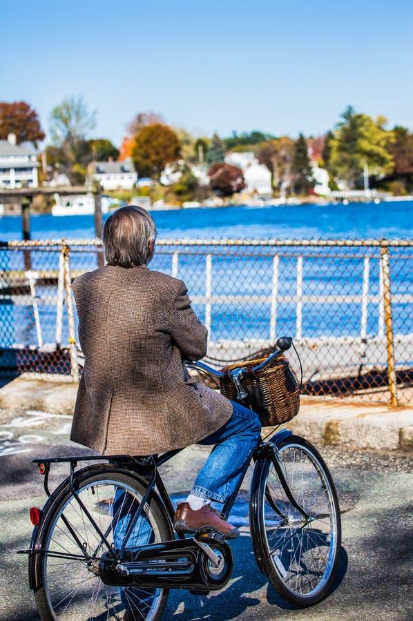 Caballero mayor en viajar a la bicicleta imagen de archivo