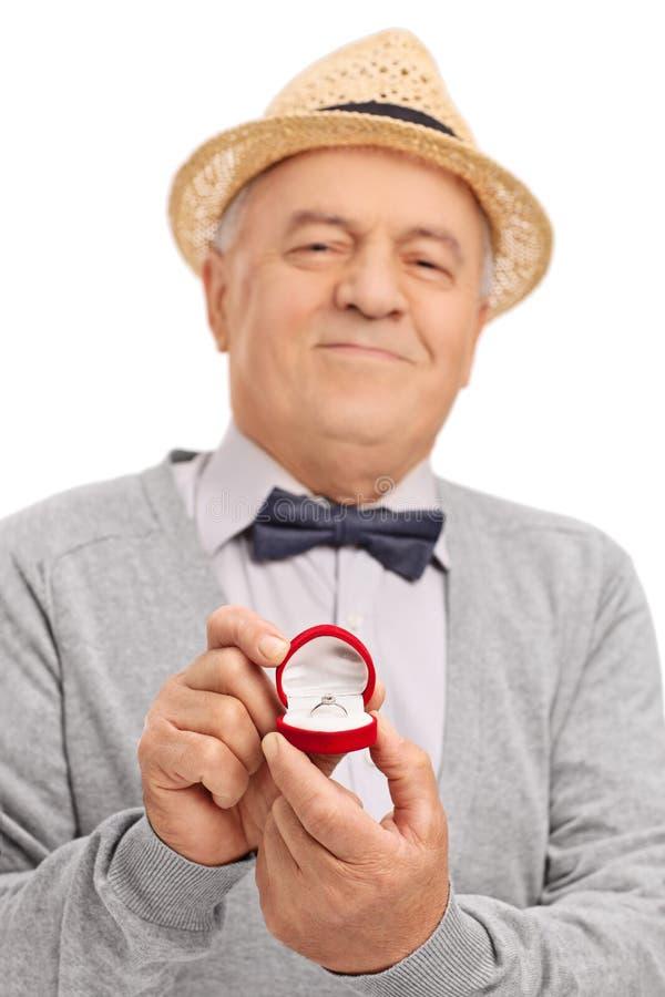 Caballero mayor romántico que propone fotos de archivo