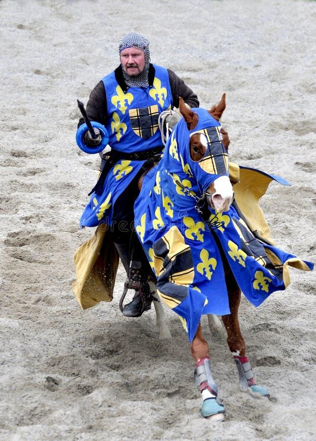 Caballero medieval a caballo fotografía de archivo libre de regalías