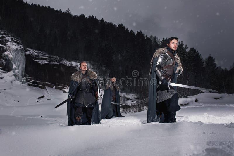 Caballero medieval con la espada en armadura como juego del estilo del trono stock de ilustración
