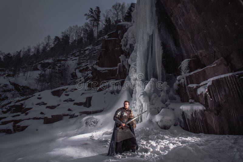 Caballero medieval con la espada en armadura como juego del estilo del trono libre illustration