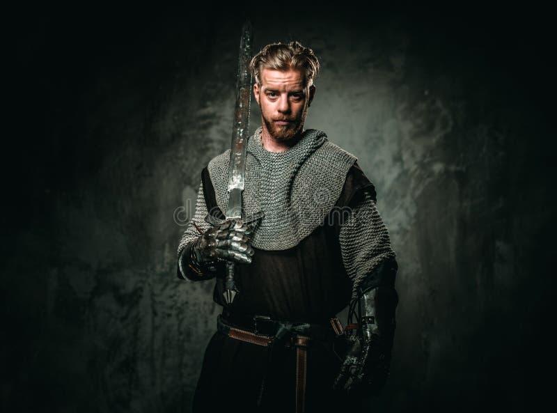 Caballero medieval con la espada y la armadura imagen de archivo