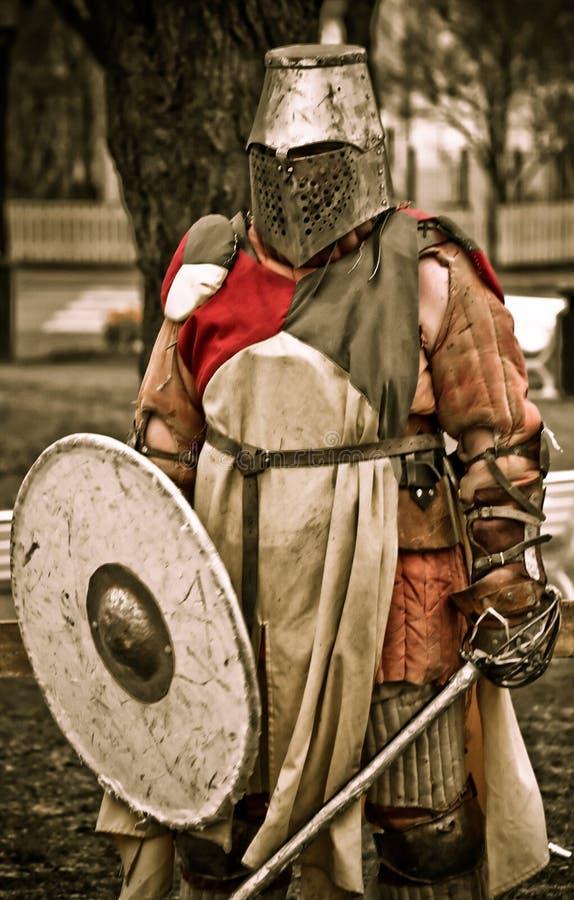 Caballero medieval en armadura imagenes de archivo