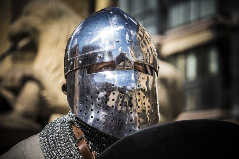 Caballero medieval en armadura Detalle del casco fotografía de archivo
