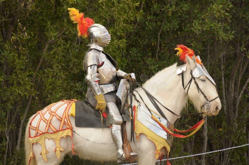 Caballero medieval en caballo foto de archivo