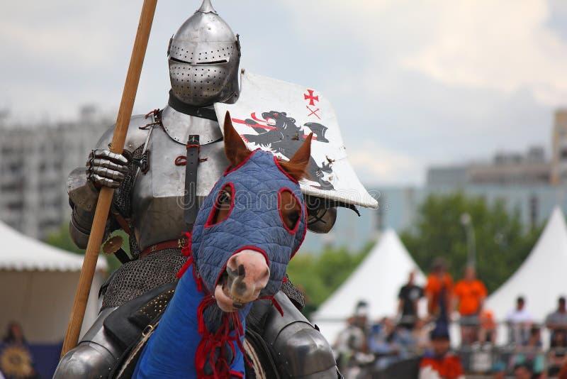 Caballero medieval en caballo en la protección pesada imagenes de archivo