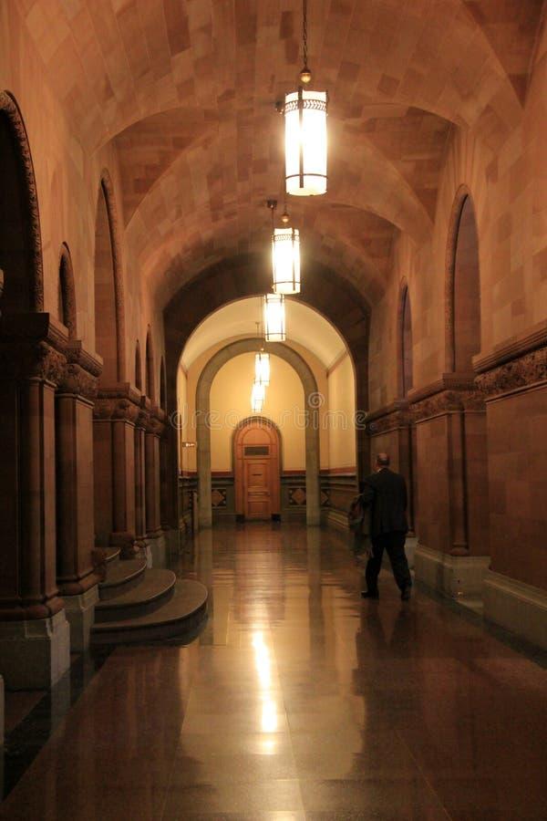Caballero que camina con uno de muchos vestíbulos, capitolio del estado, Albany, Nueva York, 2016 imagen de archivo