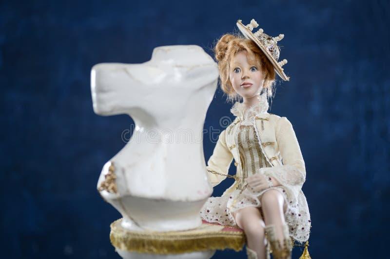 Caballero rubio del ajedrez del vestido del vintage de la muchacha de la arcilla de porcelana imagen de archivo libre de regalías